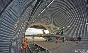 Lekkie samonośne hangary łukowe (arch prefabricated building) z alucynku - hangar lotniczy TG Hangars dla F16 w wojskowej bazie lotniczej na lotnisku EPKS (Krzesiny).