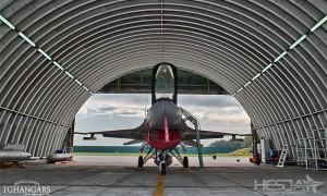 Lekkie samonośne hangary łukowe (arch prefabricated building) - hangar lotniczy TG Hangars dla F16 w wojskowej bazie lotniczej na lotnisku EPKS (Krzesiny).