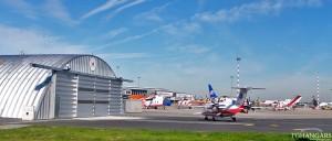 Lekkie samonośne hangary łukowe (arch prefabricated building) - hangar TG Hangars lotnictwo cywilne (LPR) na lotnisku EPWA (Warszawa).
