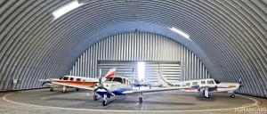 Samonośne hangary łukowe (arch prefabricated building) - lekki hangar łukowy z obrotnicą samolotów (rundparkdeck) dla General Aviation na lotnisku EPKW (Kaniów).
