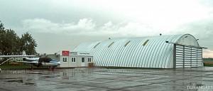 Lekkie samonośne hangary łukowe (arch prefabricated building) - hangar lotniczy TG Hangars dla General Aviation na lotnisku EPMO (Warszawa Modlin).