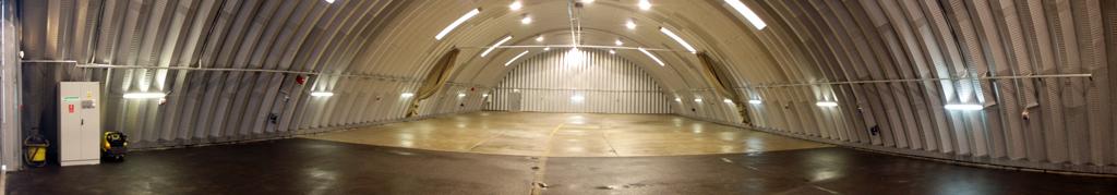 Lekki prefabrykowany hangar systemu TG Hangars ma akcesoria identyczne jak wszystkie hale łukowe.