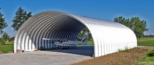 Lekkie samonośne hangary łukowe (arch prefabricated building) - hangar lotniczy TG Hangars na prywatnym lądowisku.