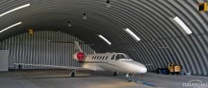 Lekkie samonośne hangary łukowe (arch prefabricated building) - hangar lotniczy TG Hangars dla General Aviation na lotnisku EPKT (Katowice Pyrzowice).