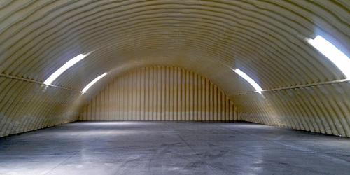 Technika hangarów - lekki hangar łukowy TG Hangars - ocieplenie natryskowe