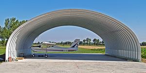 Lekki hangar łukowy TG Hangars - proste ściany i łukowy dach.