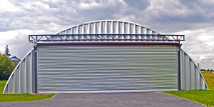 Lekki hangar łukowy TG Hangars typu K(Q) ma pełny łukowy dach (Quonset Hut)