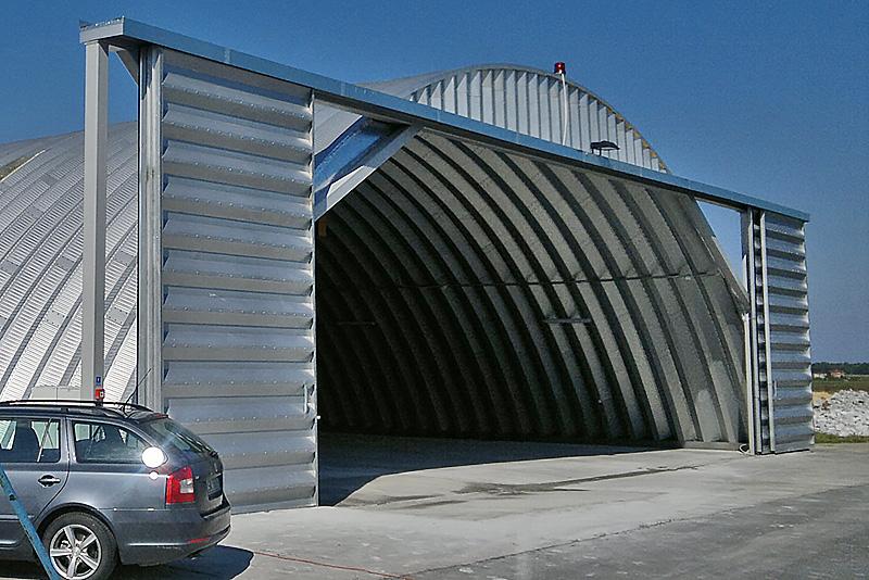 Prefabrykowana brama hangarowa TG Hangars - przesuwna (rozsuwana) samonosna, oscieznica niezalezna od hangaru.