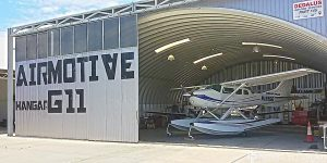 Lekkie samonośne hangary łukowe (arch prefabricated building) - hangar obsługowy TG Hangars dla General Aviation na lotnisku LCLA (Larnaca International)
