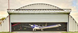 Lekkie samonośne hangary łukowe (arch prefabricated building) - prefabrykowany hangar postojowy TG Hangars na prywatnym lądowisku.