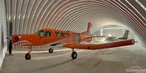 Lekkie samonośne lotnicze hangary łukowe (arch prefabricated building) - lekki hangar łukowy TG Hangars dla szkoły skoków spadochronowych na lotnisku EPKN.